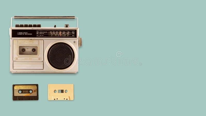 无线电盒式带录音机和球员有音乐磁带的在颜色背景 图库摄影