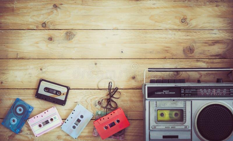 无线电盒式带录音机音乐减速火箭的技术与减速火箭的磁带的在木桌上 免版税库存照片