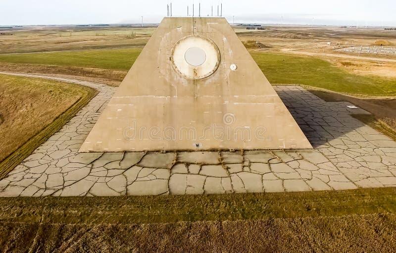 无线电雷达的大厦以一座金字塔的形式在军事基地 导弹发射场雷达金字塔在北部的Nekoma 免版税库存照片