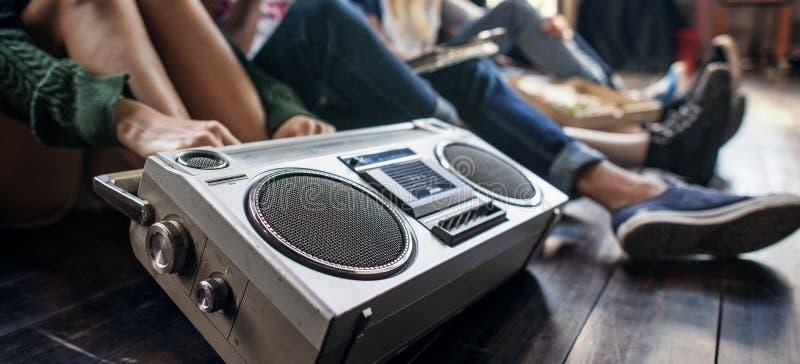 无线电音乐朋友团结样式十几岁偶然概念 库存图片