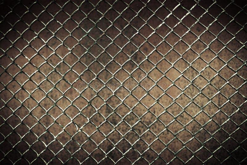 无缝的tileable链节篱芭墙壁在背景中 库存照片