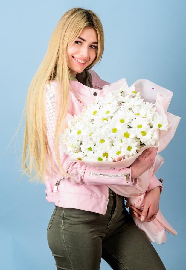 无罪和柔软的春黄菊标志 生日母亲节8前进或礼物的其他场合 女孩招标 免版税库存照片