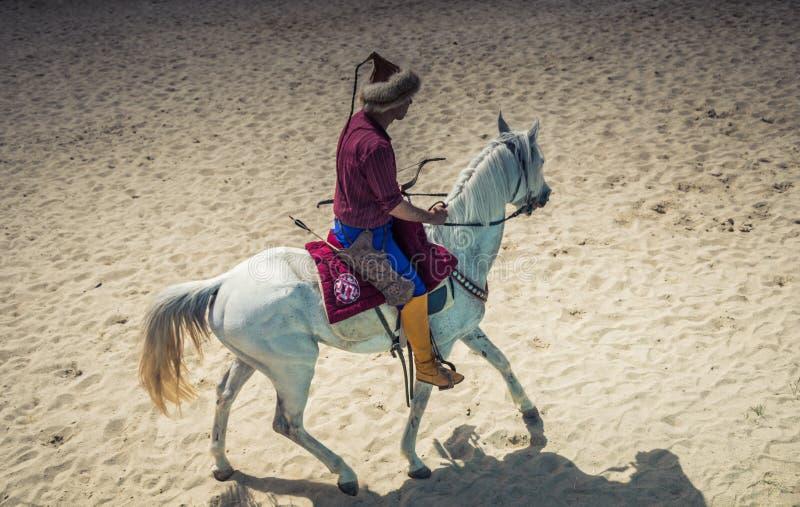 无背长椅在他的马的御马者骑马 图库摄影