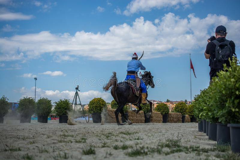 无背长椅在他的马的御马者骑马 免版税库存照片