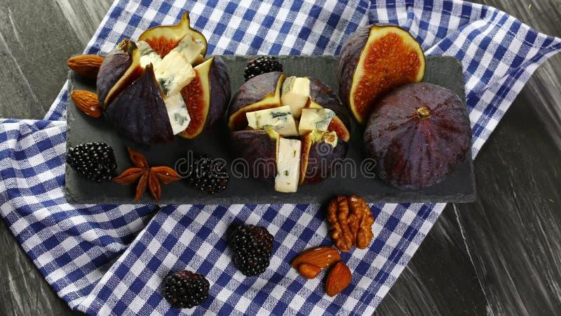 无花果食家开胃菜用dorblyu乳酪,核桃和蜂蜜在页岩上,传统土耳其点心,季节性收获c 库存图片