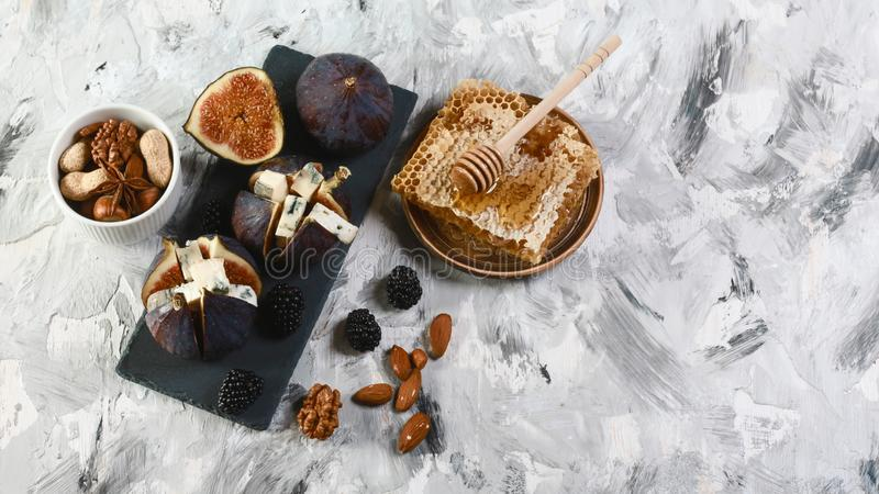 无花果食家开胃菜用dorblyu乳酪,核桃和蜂蜜在页岩上,传统土耳其点心,顶视图 库存图片
