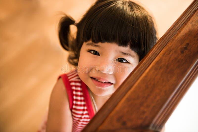 无辜的孩子让微笑进入照相机 免版税图库摄影