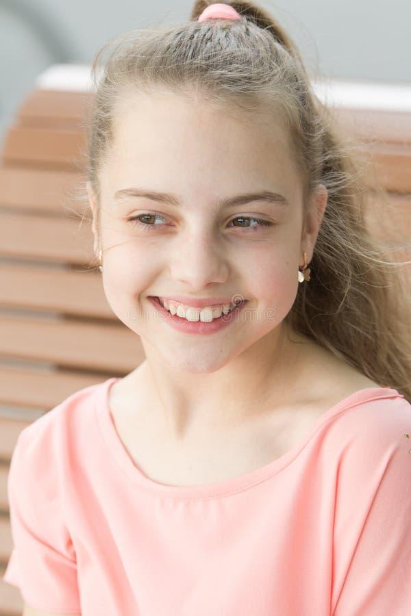 无辜的微笑 有大微笑的可爱的女孩 有长的金发的幸福微笑逗人喜爱的小孩子和 微笑的孩子 免版税图库摄影