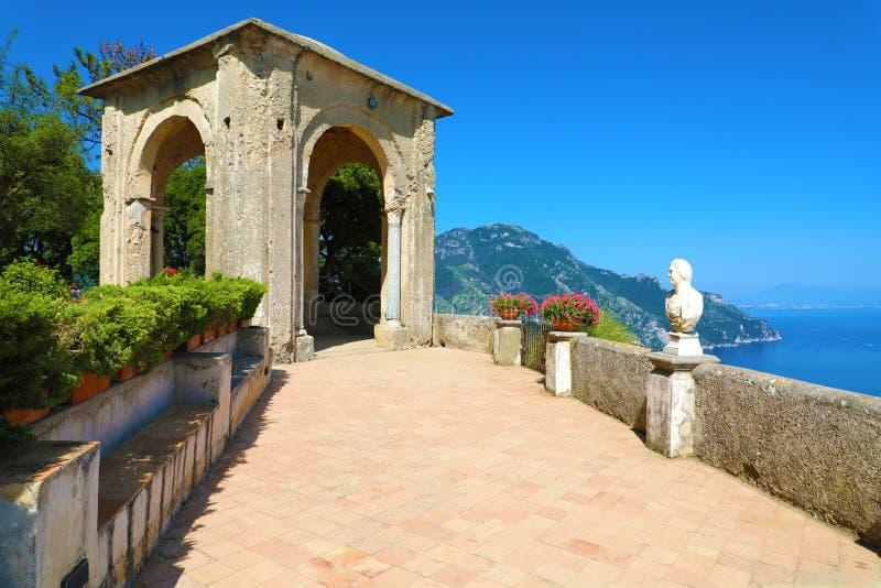 无限大阳台在别墅Cimbrone的在海上在拉韦洛,阿马尔菲海岸,意大利 免版税图库摄影