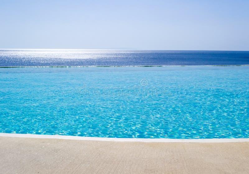 无限游泳池有在爱琴海的看法 免版税库存照片