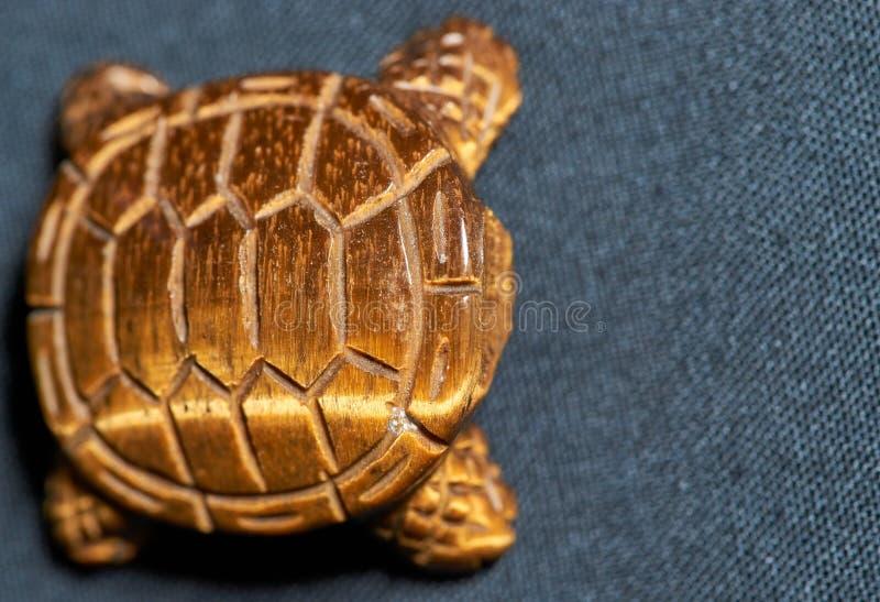 无首的琥珀色的乌龟小雕象 免版税库存照片