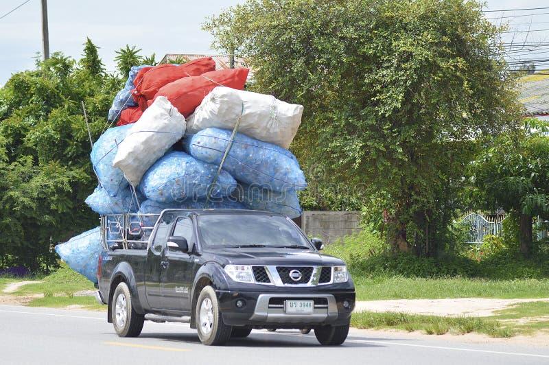 日产Navara卡车运输塑料瓶 免版税库存照片