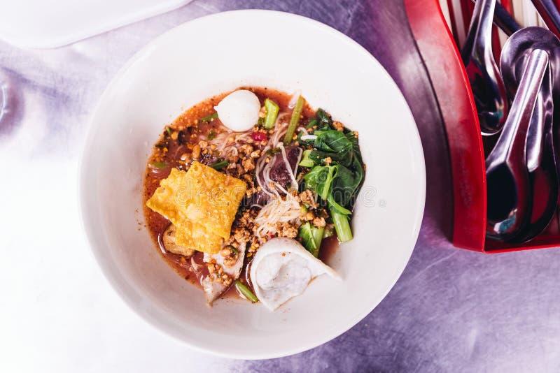 日元Ta Fo,面条用海鲜汤和红色调味汁顶视图  免版税图库摄影