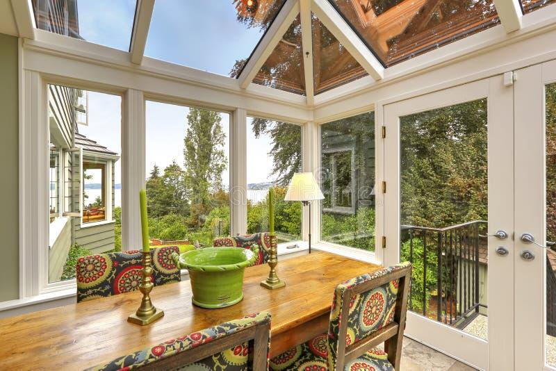 日光浴室与餐桌集合的露台区域 免版税库存图片