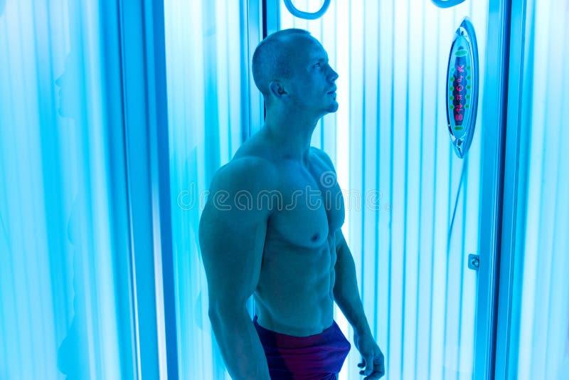 日光浴室的年轻人美容院的 免版税库存照片
