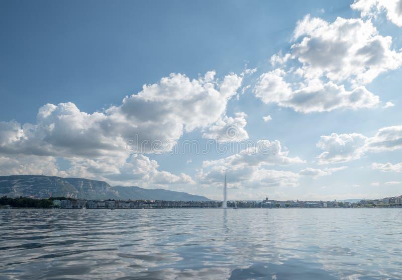 日内瓦和喷气机d'从轮渡的eau横跨日内瓦湖,Swizterland 库存照片
