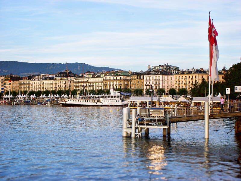 日内瓦地平线全景与传统小船的在港口区,日内瓦州,瑞士 库存图片