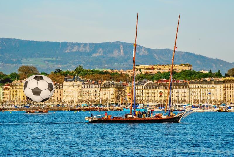 日内瓦的历史的中心看法有一条大橄榄球球和游艇的有Geneva湖的人的 瑞士 免版税库存照片