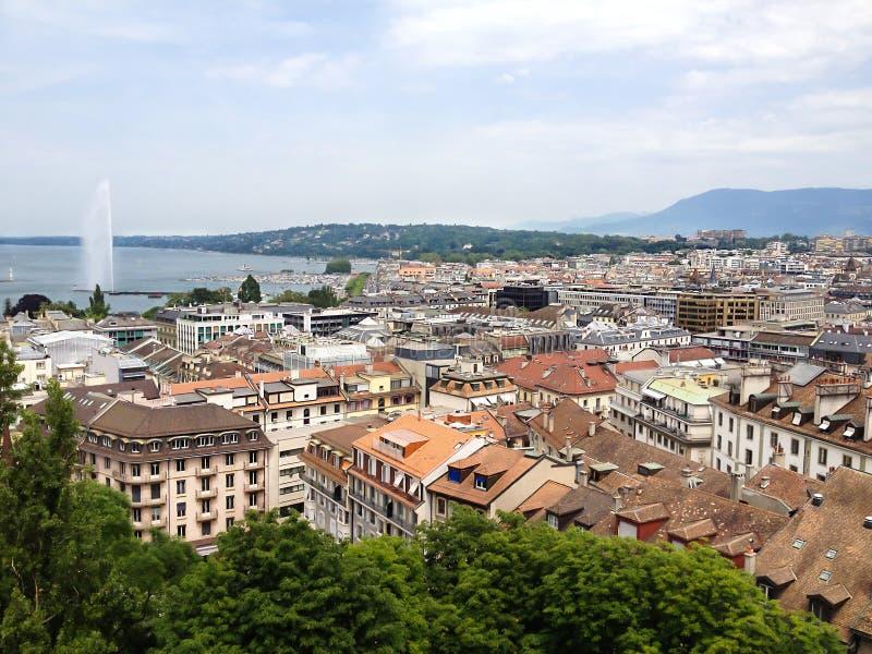 日内瓦老镇和莱芒湖顶视图有喷气机d ` eau喷泉的作为日内瓦市,瑞士,欧洲的标志 库存图片