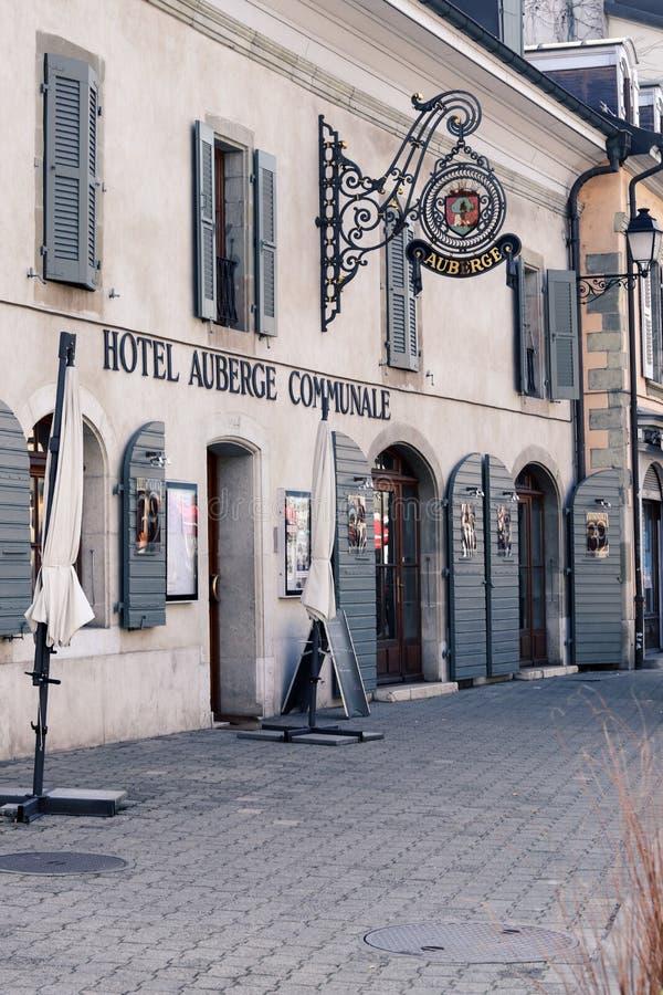 日内瓦,瑞士- 2019年2月28日:旅馆在老街道上的Auberge Communale在卡鲁日镇, 库存照片