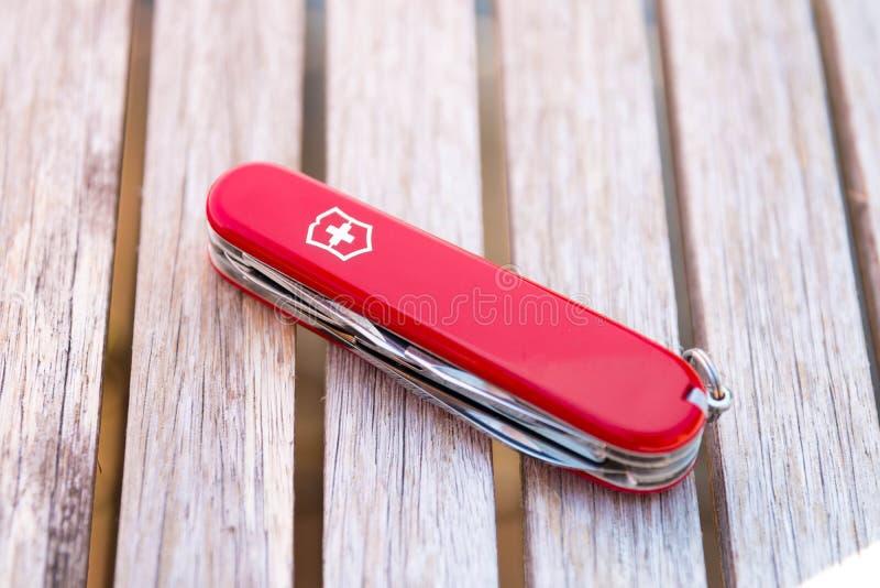 日内瓦/瑞士15 08 18 :Victorinox瑞士军刀红色木头 库存图片