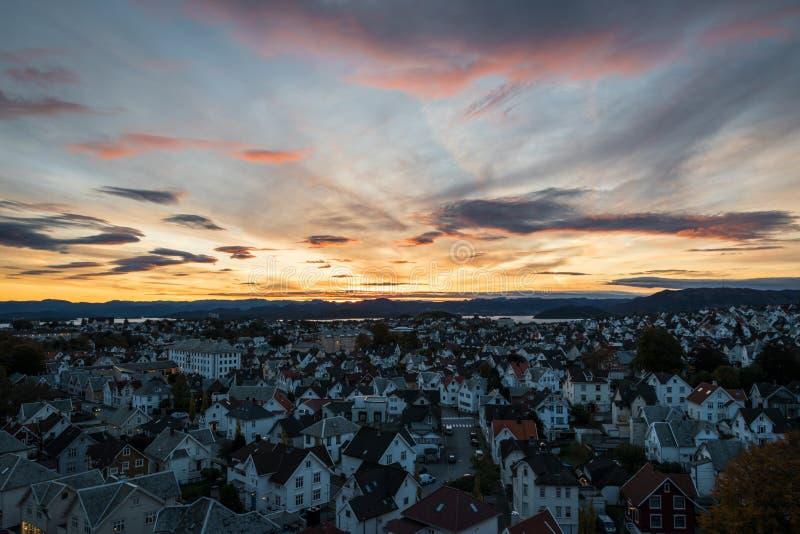 日出五颜六色的天空在斯塔万格挪威 免版税库存图片