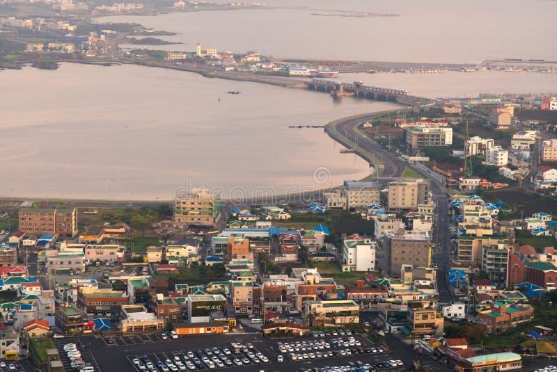日出从Seongsan日出峰峰顶的都市风景视图 免版税库存照片