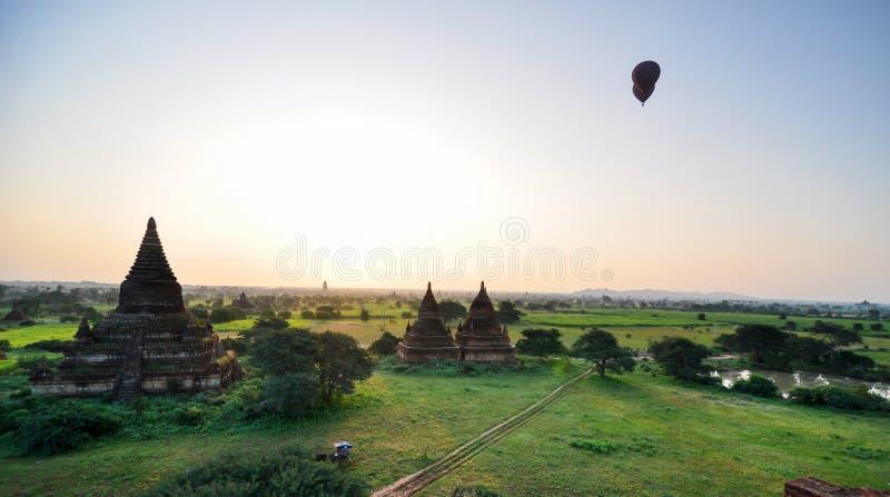 日出全景视图在古庙的在Bagan 免版税库存照片