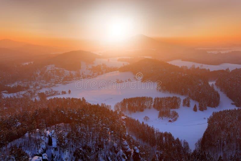 日出前的粉红晨光 捷克奥里克森林冬日暮色寒冷 带t的山景 库存照片