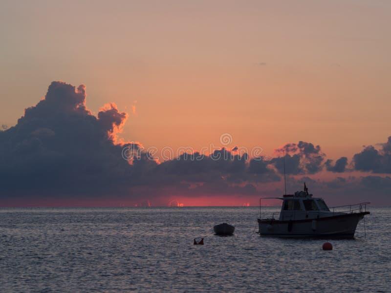 日出和小船在地中海 潘泰莱里亚海岛,意大利 免版税库存图片