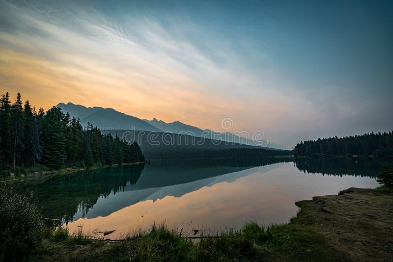日出和有薄雾的早晨在登上Rundle在Two杰克湖 免版税库存图片