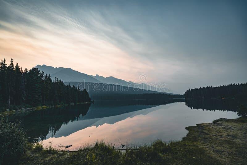 日出和有薄雾的早晨在登上Rundle在Two杰克湖 免版税库存照片