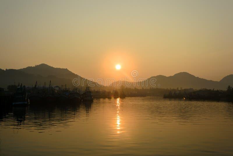 日出和渔船在Khanom海滩 免版税库存照片