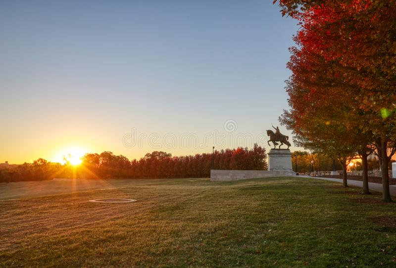 日出和秋叶在艺术小山,圣路易斯,密苏里 免版税库存照片