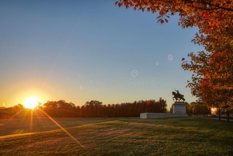 日出和秋叶在艺术小山,圣路易斯,密苏里 库存图片