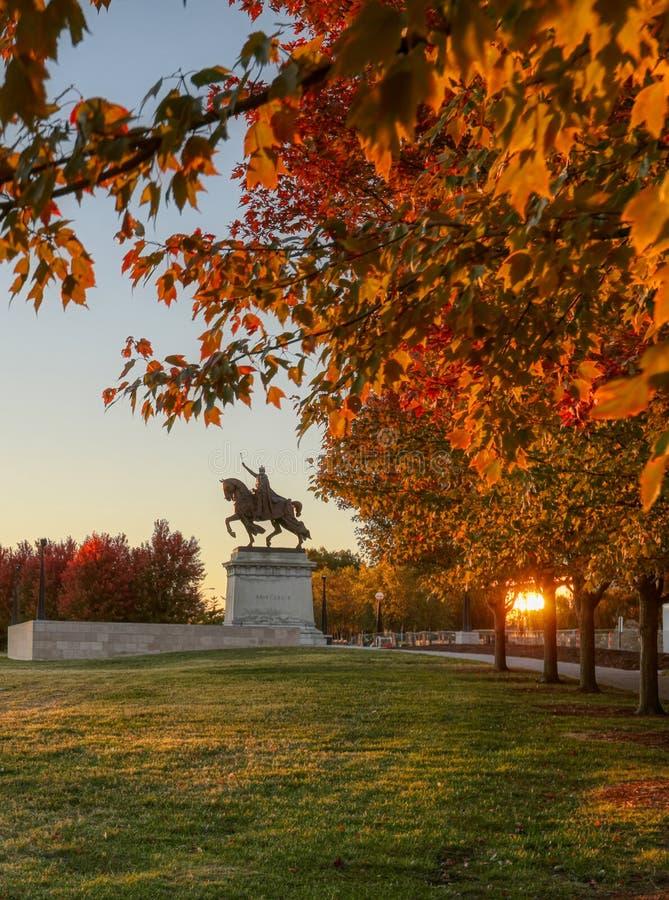 日出和秋叶在艺术小山,圣路易斯,密苏里 免版税库存图片