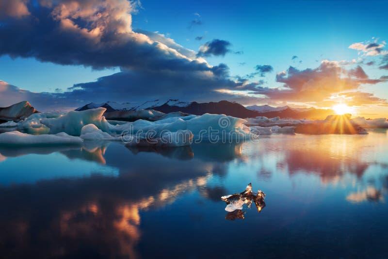 日出在冰河湖 冰岛jokulsarlon冰盐水湖早晨在夏天或冬天 蓝色冰山 免版税库存图片