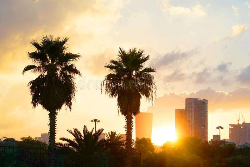 日出在城市 多云天空 免版税库存照片