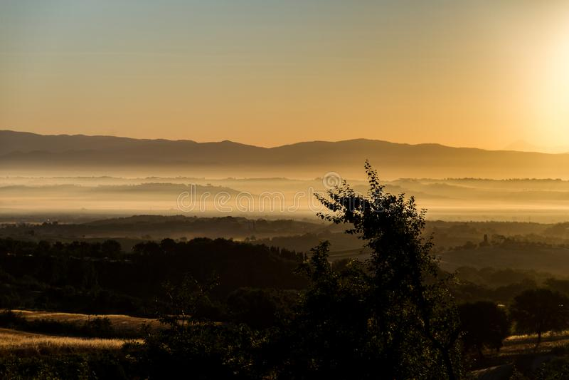 日出在托斯坎乡下 库存照片