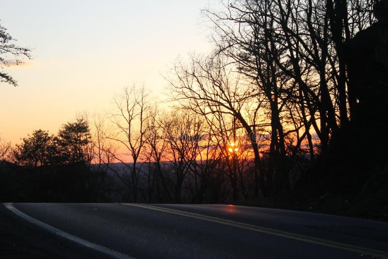 日出在放松的路好早晨 免版税库存照片