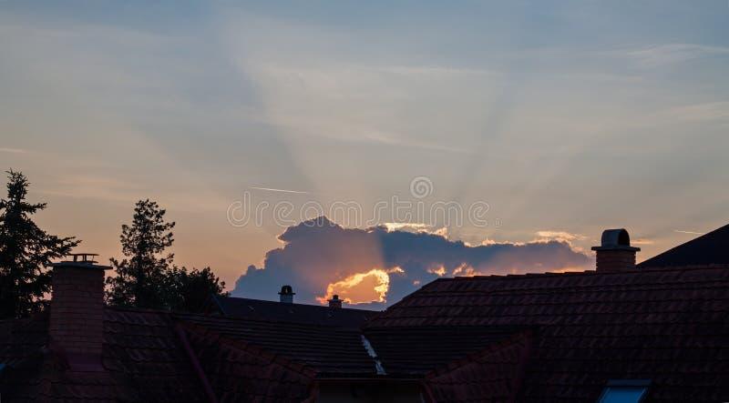 日出在有有穴的云彩的城市 库存图片