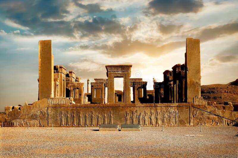 日出在波斯波利斯,古老血红素王国的资本 古老列 伊朗的视域 古老波斯 免版税库存照片