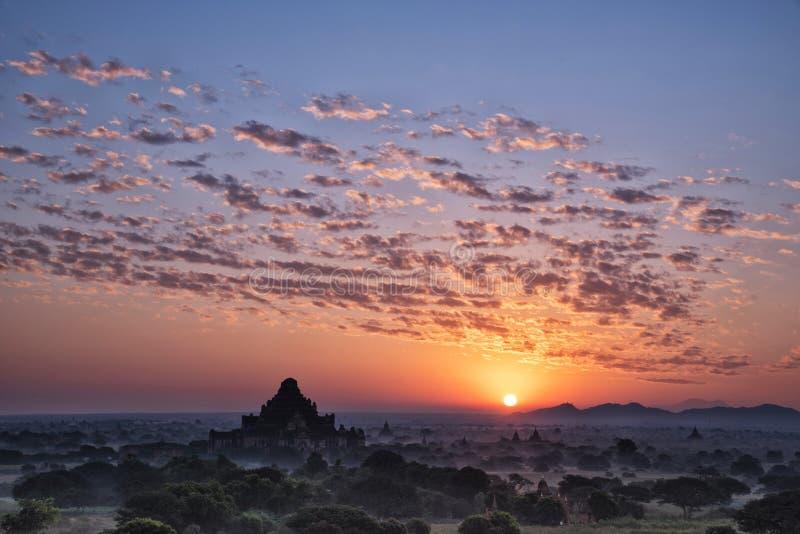日出在蒲甘考古学区域,曼德勒省,缅甸 图库摄影