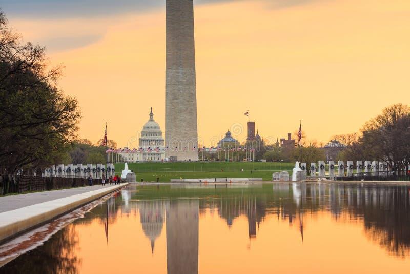 日出在黎明反射华盛顿纪念碑 免版税库存照片
