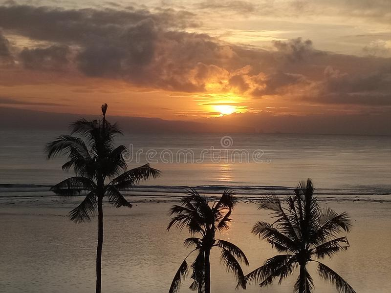 日出在inna sanur海滩旅馆 免版税库存照片