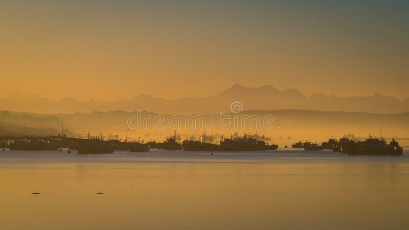 日出在Quellon港口在Chiloe海岛 巴塔哥尼亚 免版税库存图片