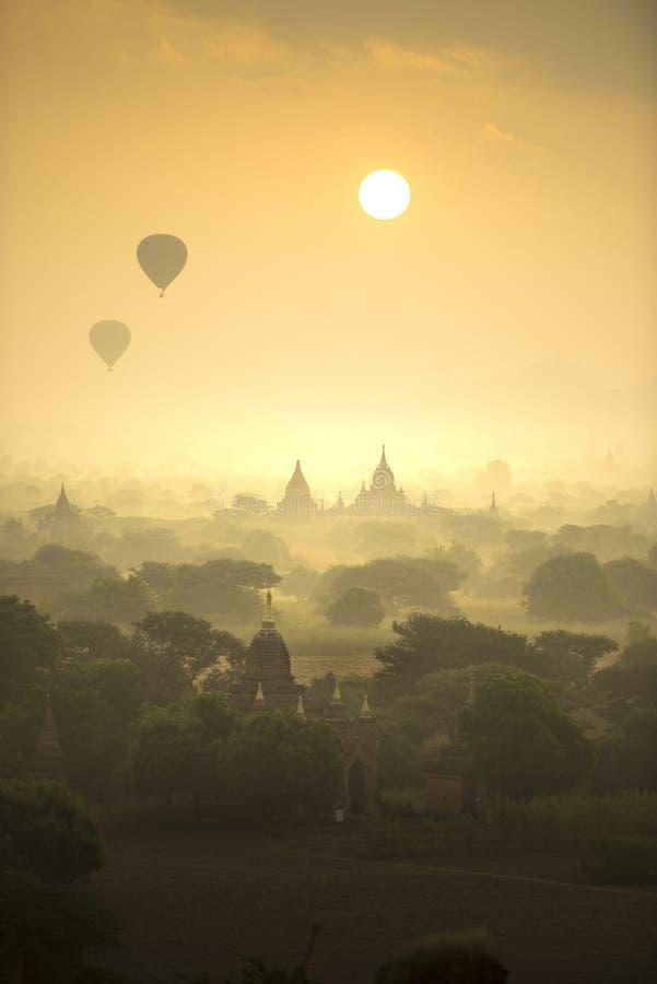 日出场面热空气气球飞行在塔古城领域在Bagan缅甸 高图象质量 免版税库存照片