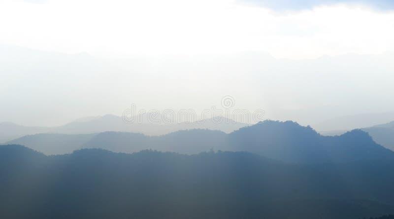 日出山风景看法分层堆积晚上在北部泰国山脉 库存照片