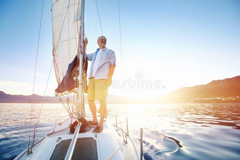 日出帆船 库存图片