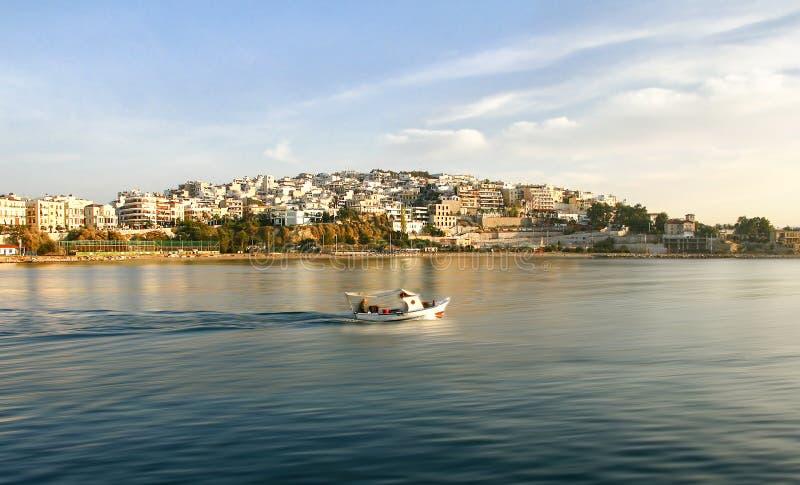 日出时用小木船钓鱼的渔民 Kastela, Marina Zeas, Piraeus,希腊 免版税库存照片